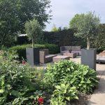 De tuin van de B&B met comfortabele zithoek